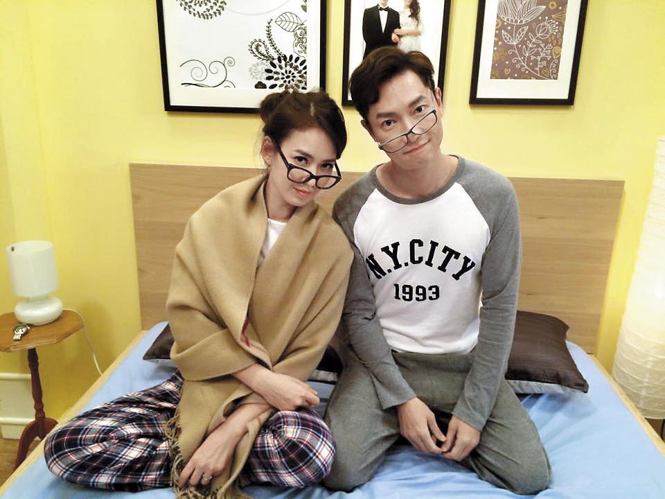 謝祖武(右)前年回台灣拍《我家是戰國》跟Melody(左)飾演一對逗趣的夫妻。(翻攝自謝祖武臉書)