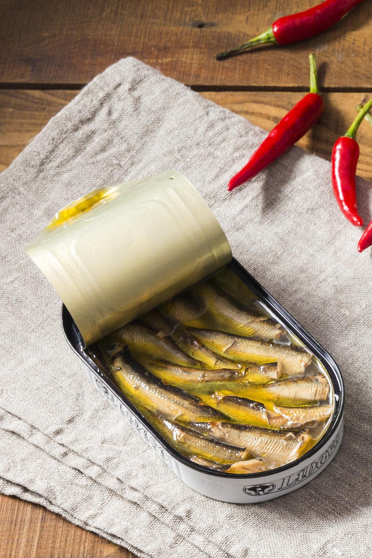 利巴瓦檸檬煙燻西鯡魚罐頭。(微風超市,125元/罐)