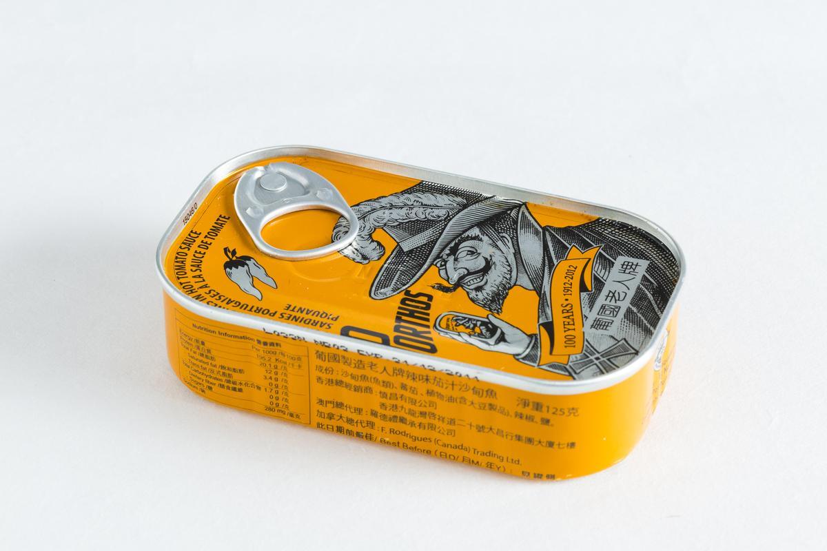 葡國老人牌沙丁魚罐頭(辣味茄汁)。(TUGA,330元/罐)