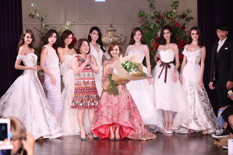 愛紗穿著粉紅色禮服現身走秀,透露為了籌備婚事狂冒粉刺。