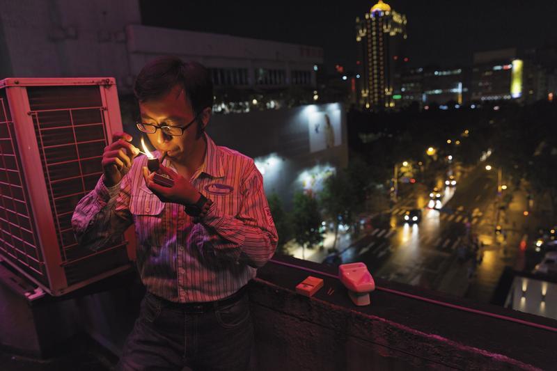 王駿燁拿起父親生前叼過的菸斗,嗅聞著熟悉的菸味,再將菸灰抖落在父親用過的菸灰缸,彷彿這樣子就可以更接近父親一點點。