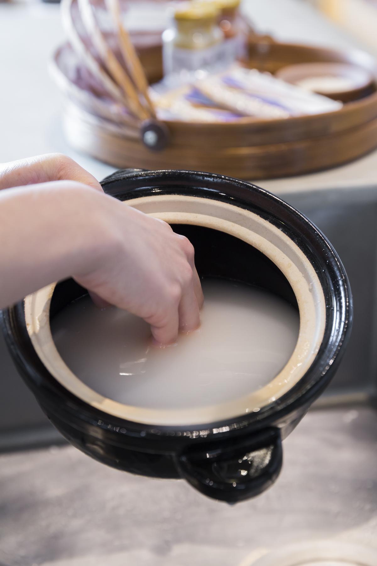 洗米時用單手輕柔攪拌,不要搓洗。