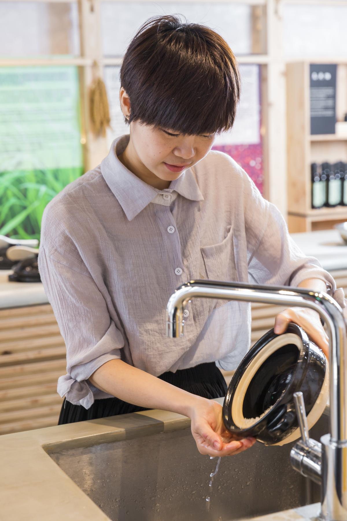 快速拌洗幾下馬上倒掉第一道水,免得米粒吸收糠味。