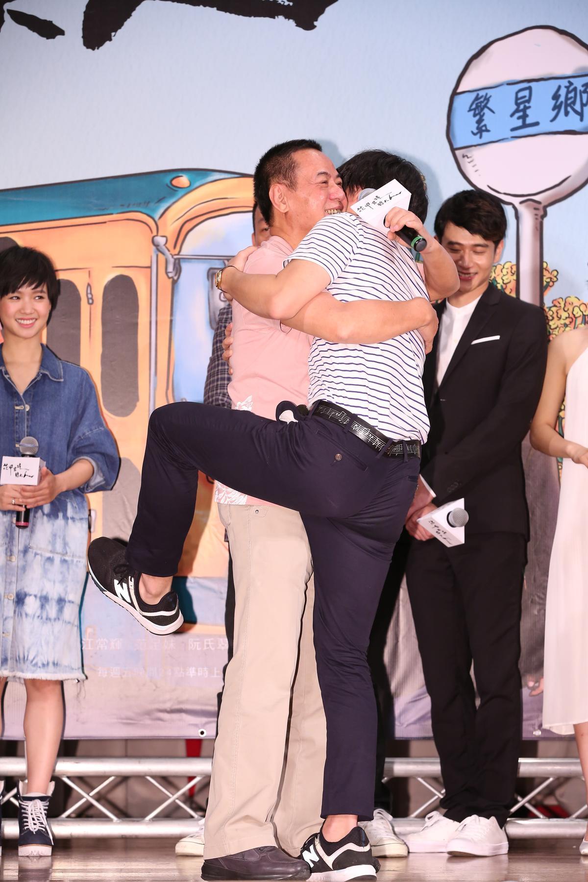 首映會現場,盧廣仲跟蔡振南來個熊抱,逗樂其他演員。