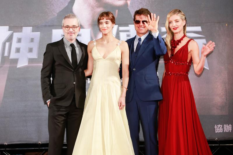 導演艾力克斯寇茲曼(左起)、蘇菲亞波提拉、安娜貝爾瓦莉絲、湯姆克魯斯感謝台灣粉絲的熱情
