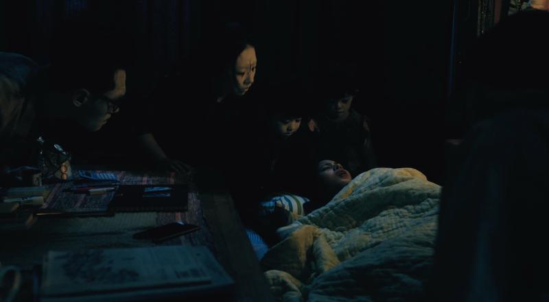 《夢裡的一千道牆》中,一群鬼友探頭在莫允雯床邊。(好風光提供)