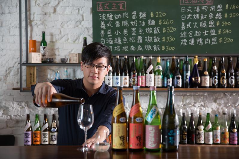 從補教數學老師轉換跑道成為唎酒師的溫品自,樂於跟客人細緻地介紹每款清酒特色。