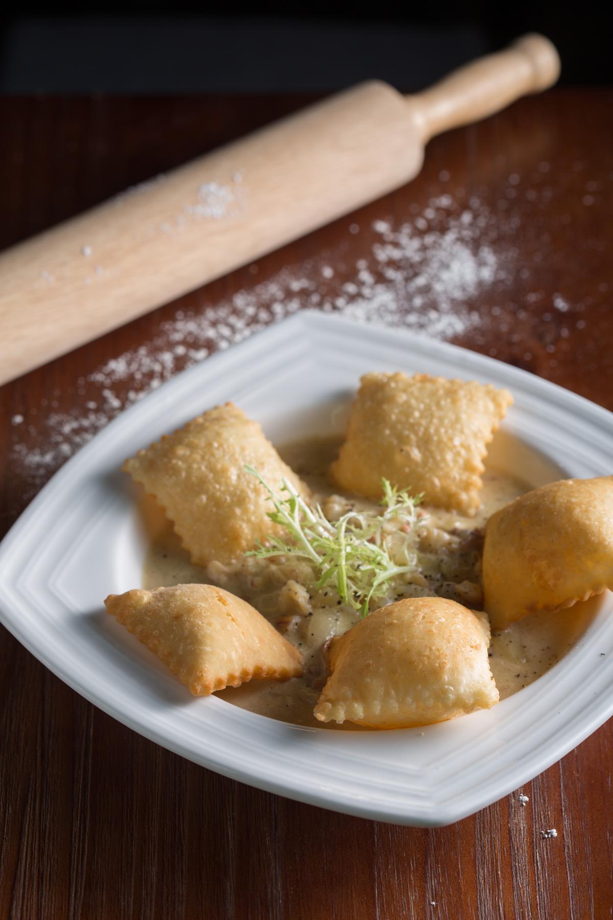 「奶油蟹肉佐豬油麵包」的澎香麵包沾奶油蟹肉,酥香濃滑。(300元/份)