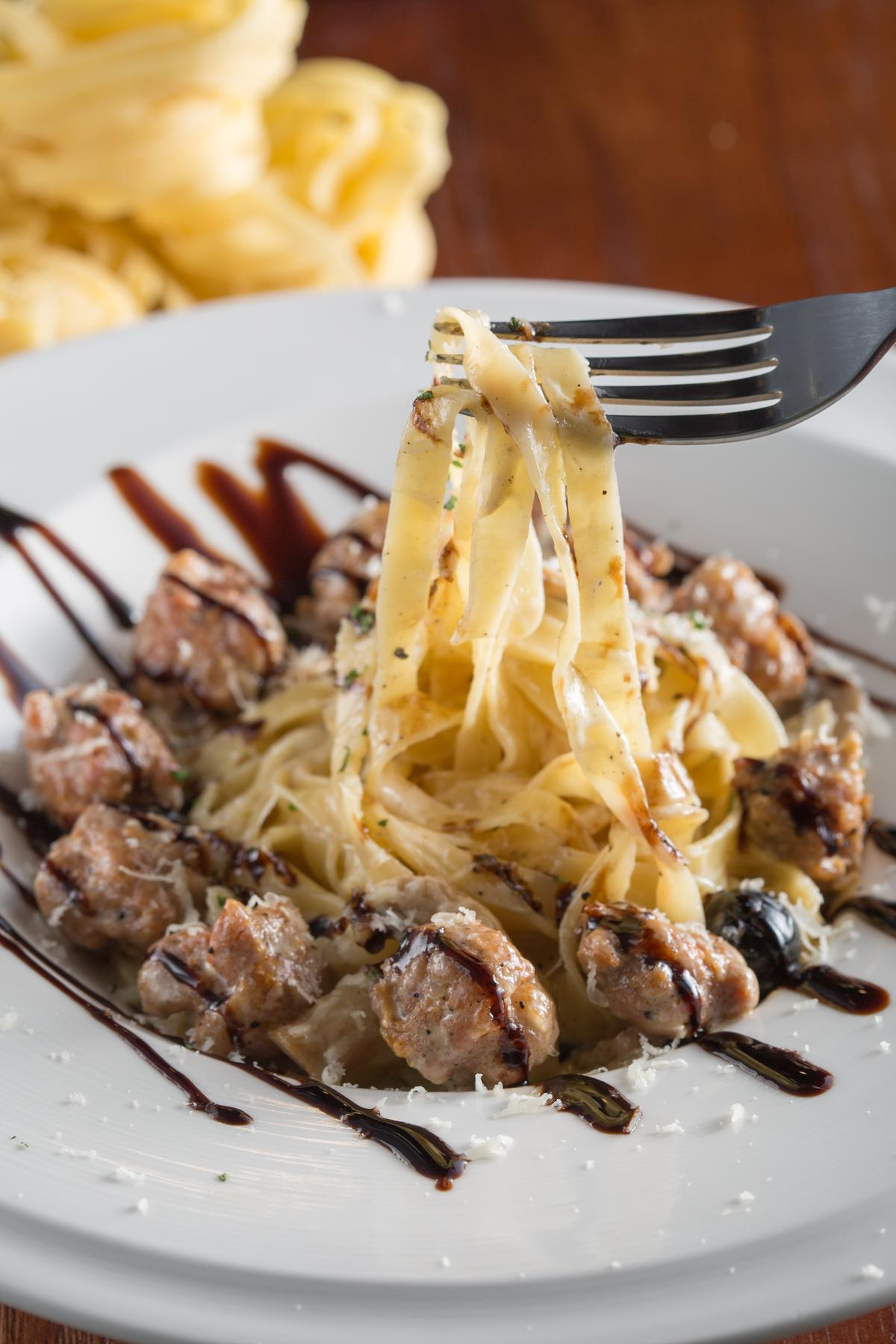「義式臘腸奶油麵」麵條吸附濃郁醬汁,搭配鹹香香腸,並以巴薩米克醋提味。(260元/份)