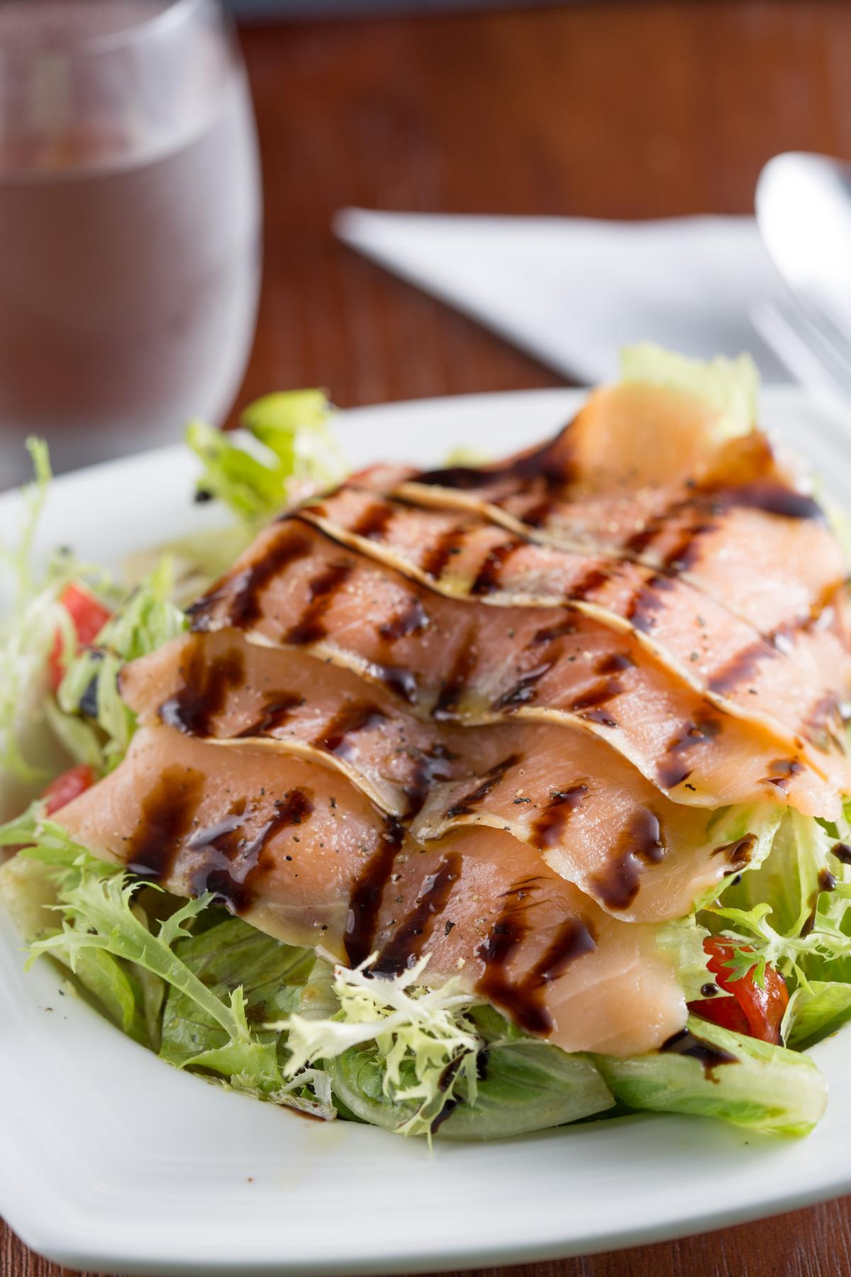 鮭魚搭配芥末風味的油醋沙拉醬的「煙燻鮭魚和風沙拉」,清爽啊。(190元/份)
