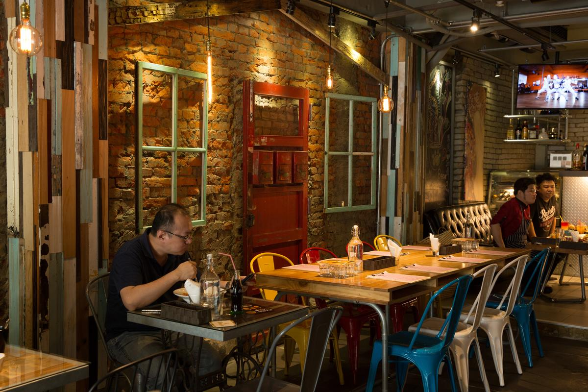 餐廳裡有粗曠的紅磚牆面、木窗框及鐡椅,顏色繽紛超級混搭。
