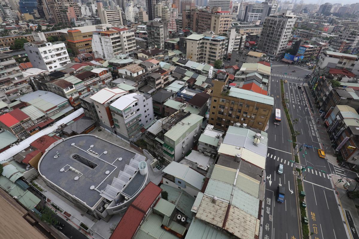 從空中鳥瞰,新富市場的U形建築很搶眼。