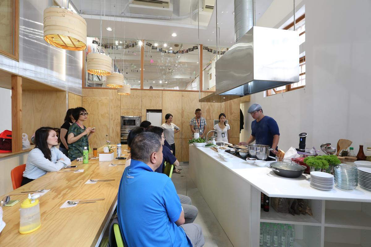 「餐桌學堂」由採買到作菜全在市場裡。