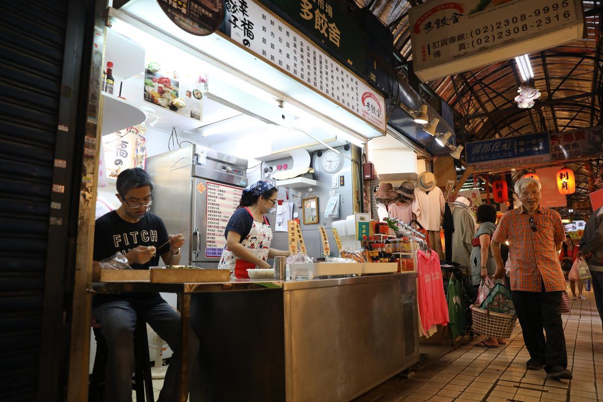 「丸合生魚片」和「多餃舍」相隔不遠,新舊傳承一如老市場。