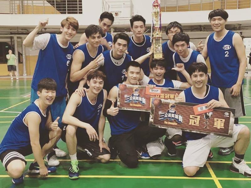 涂善存(二排左三)日前參與三立盃籃球賽,和張軒睿(一排左二)、孫沁岳(二排左一)等鮮肉男演員一同奪冠。