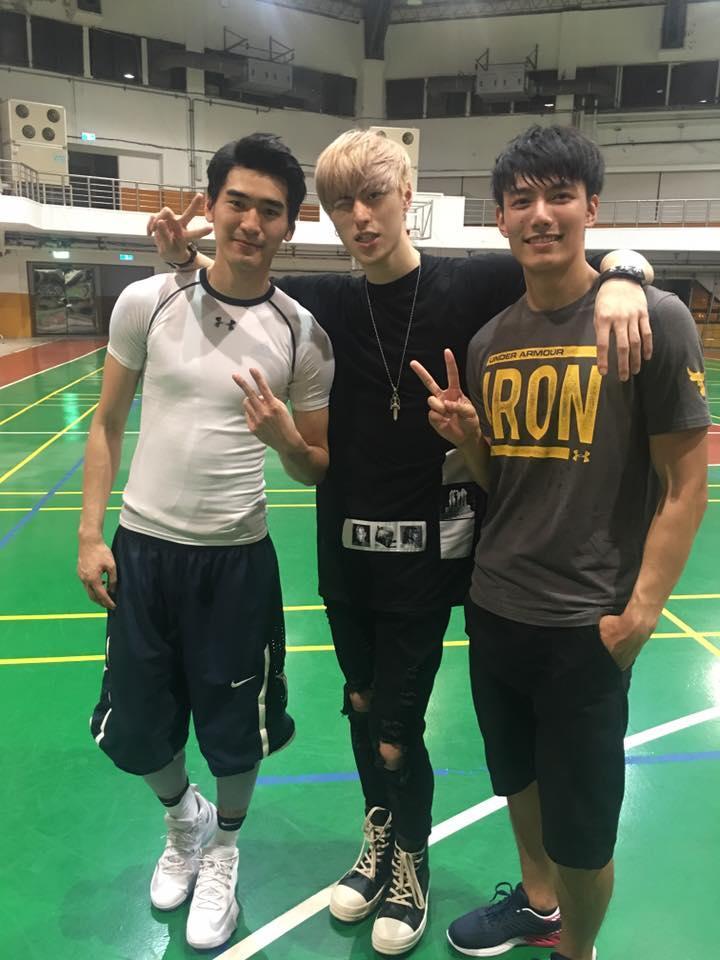 《飛魚高校生》三位演員,涂善存(左起)、英承晞、賴東賢賽前合體,涂身穿白色緊身衣,露出苦練的胸肌及激凸。