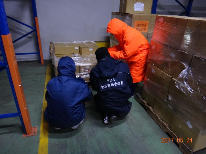 衛生局稽查人員前往冷凍工廠,查扣過期斑節對蝦1千多公斤。