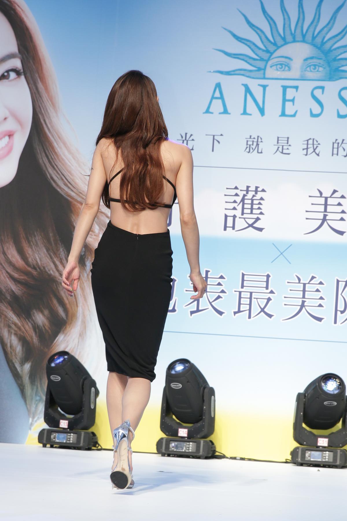 蔡依林穿著黑色露背削肩緊身洋裝大秀好身材。