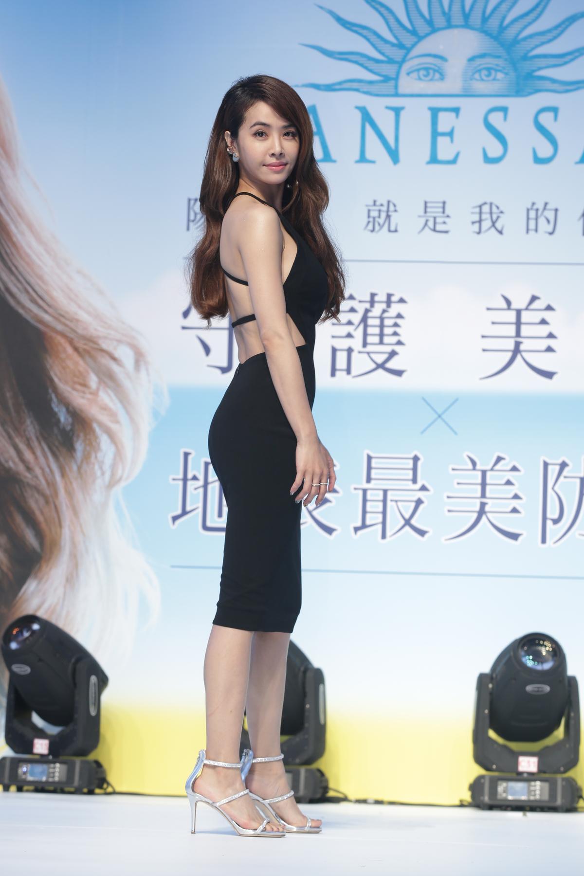 蔡依林穿上大露背小洋裝,展現小女人的魅力。