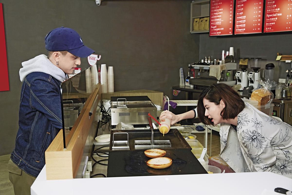 林予晞帶著黃遠到台北東區引起排隊人潮的創意三明治店,還親自下廚烹調,創造獨家口味讓黃遠品嘗。