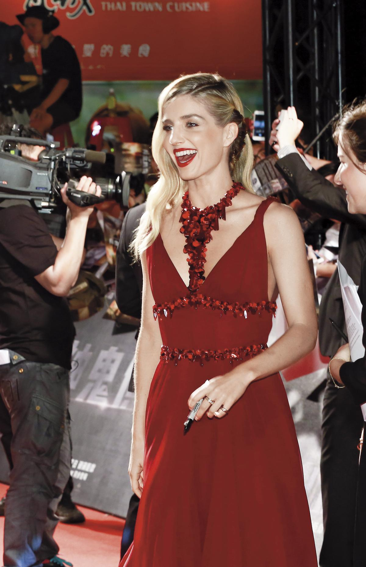 安娜貝爾瓦莉絲在台北首映紅毯上,不斷露出笑容並與粉絲親切互動。