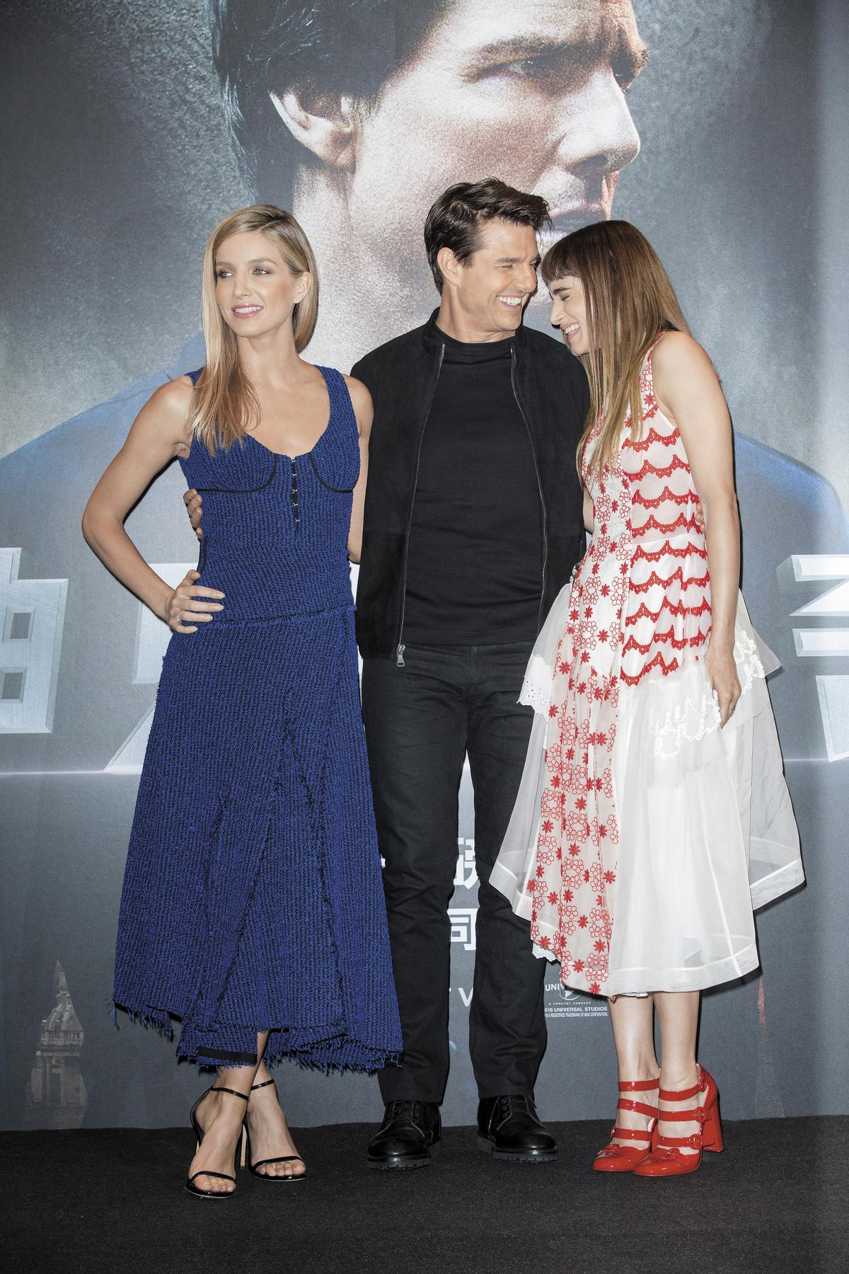 湯姆克魯斯(中)帶2位女主角蘇菲亞波提拉(右)和安娜貝爾瓦莉絲(左)來台宣傳,阿湯哥明顯和蘇菲亞交情不錯,不時會捕捉到兩人講悄悄話的畫面。