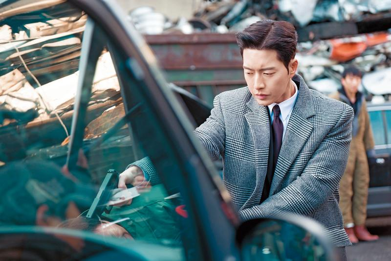 《MAN×MAN》在匈牙利取景,飾演探員的朴海鎮在片中有大量槍戰動作戲,是Netflix首部砸重金買下全球獨映版權的韓劇。