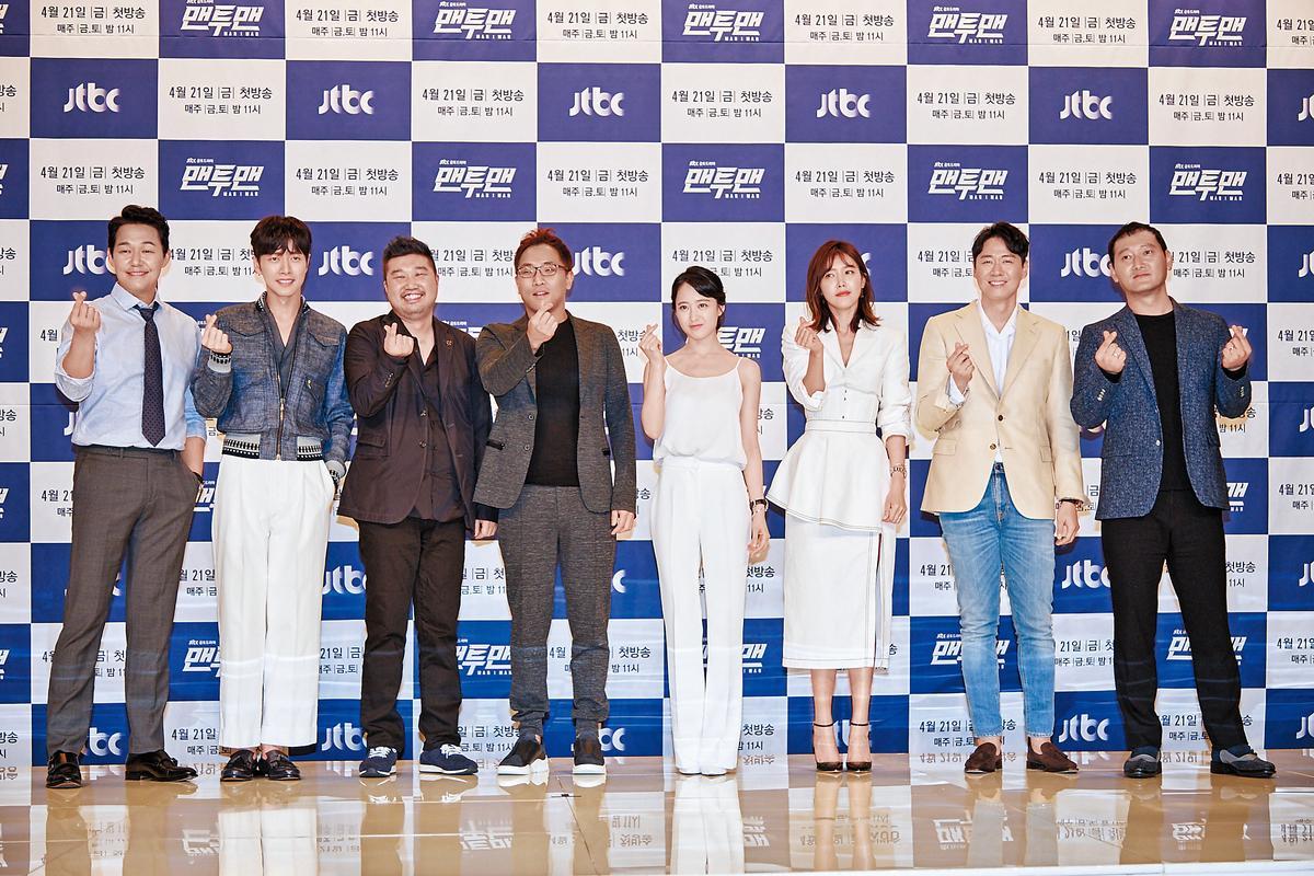 《MAN×MAN》在韓國舉辦記者會,主角群朴誠雄(左起)、朴海鎮、編劇金元碩、導演李昌民及女主角金玟廷、蔡貞安出席超吸睛。