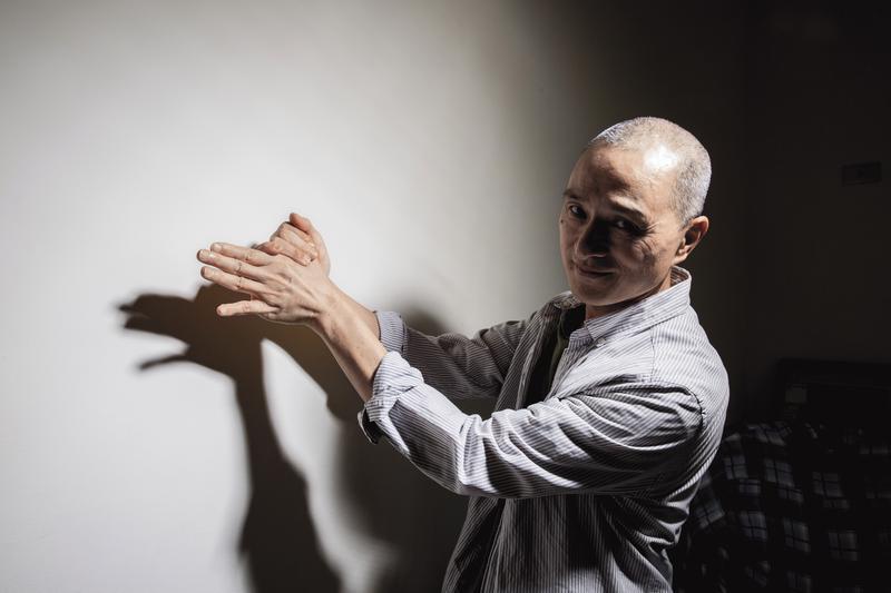 朱增宏雖已還俗,但生活型態改變不大,照常吃素,不談感情。但他又不像出家人嚴肅難接近,請他做動物手影,尷尬地哈哈笑後,還是照做了。