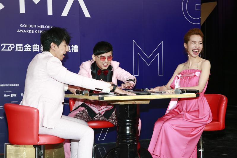 黃子佼(中)、Dennis(左)、Lulu(黃路梓茵)出息出席第28屆金曲獎頒獎典禮星光大道主持人記者會。