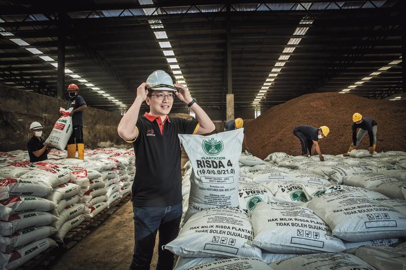 今年43歲的彭士豪,是全宇生技董事長,他在異鄉馬來西亞打拚20多年,成為生物複合肥料的龍頭廠商,年營收逾20億元。