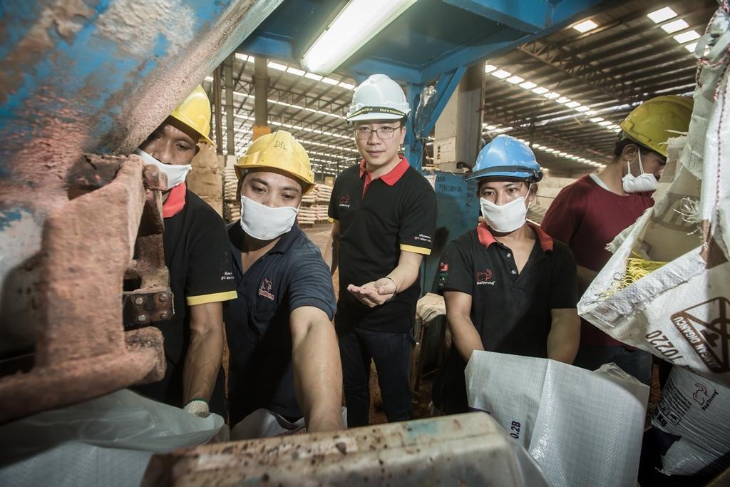 原本學電機的台灣囝仔彭士豪(中),1999年於馬國創業,延攬許多世界各地好手,目前員工數約360人。