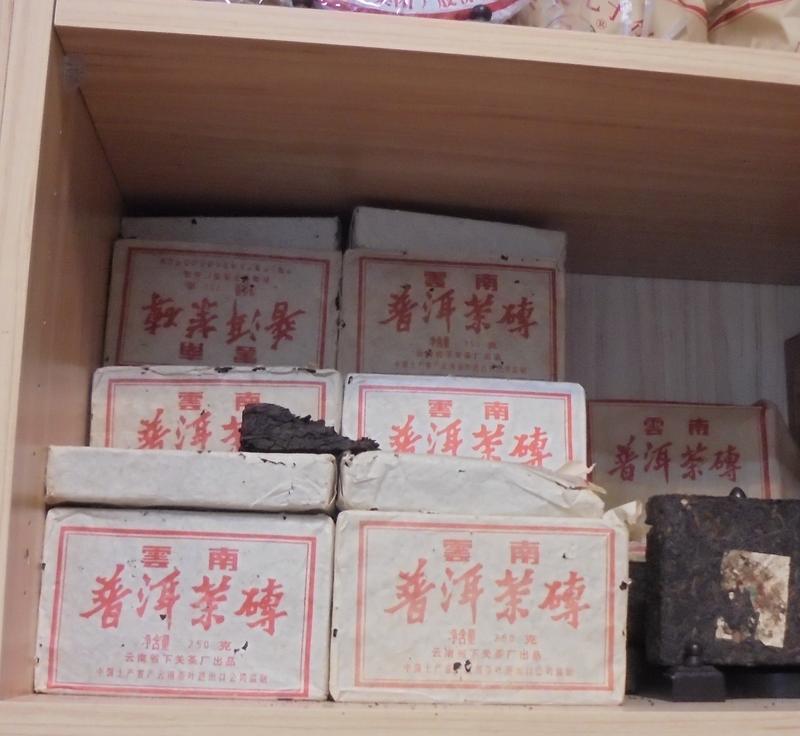 岩韻普洱茶店所販售的雲南普洱茶磚含有超標農藥,業者表示來源是中國。