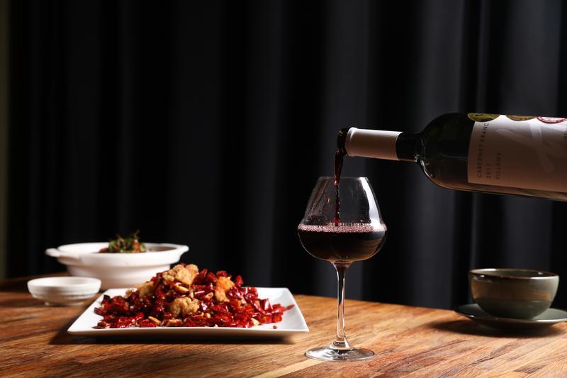 匈牙利釀葡萄酒的酒歷史悠久,精品酒莊遍布各區,產製的紅白酒底蘊豐厚,即使面對風味複雜、辛香料超多的川菜也毫無懼色,同飲同食,還可彼此提升風味。