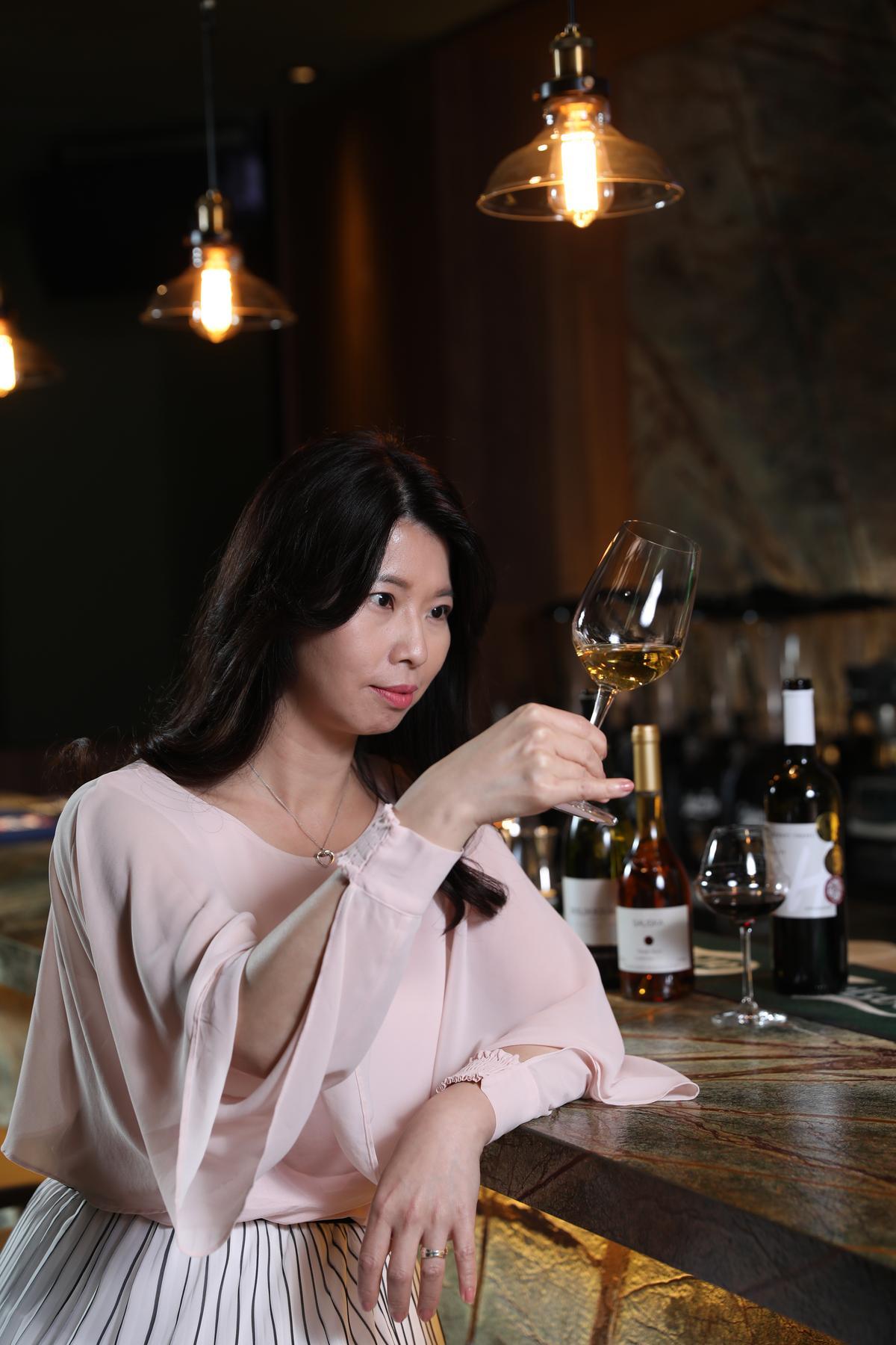 擁有WSET L2認證的吉富國際副總謝庭涵,對冷門的匈牙利酒研究頗深,熱中酒搭菜的味覺實驗。