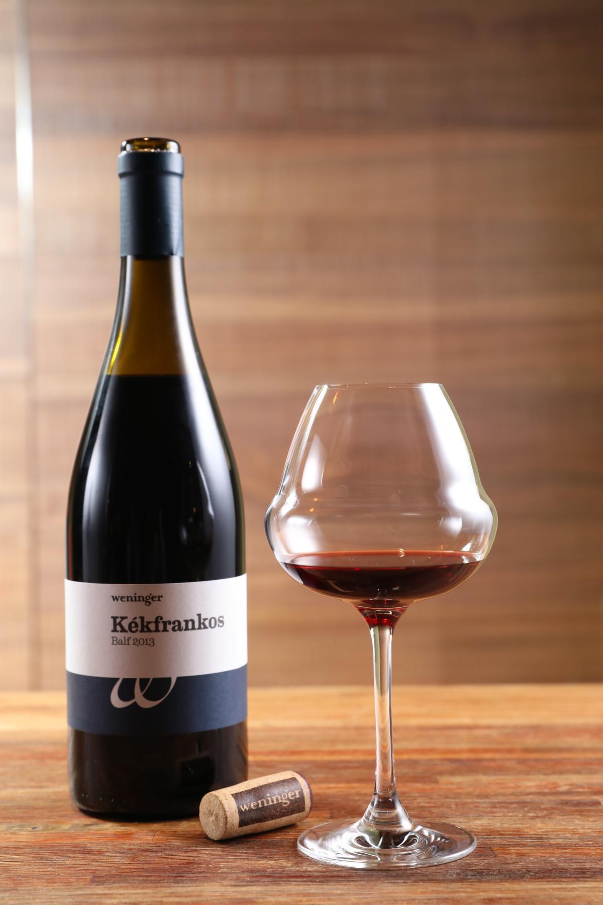 有機認證的自然酒「Weninger Kékfrankos Balf 2013」,酒體呈紫紅色,香氣也很純粹,適合搭配辣味的蹄花或辣子雞。(860元/瓶)