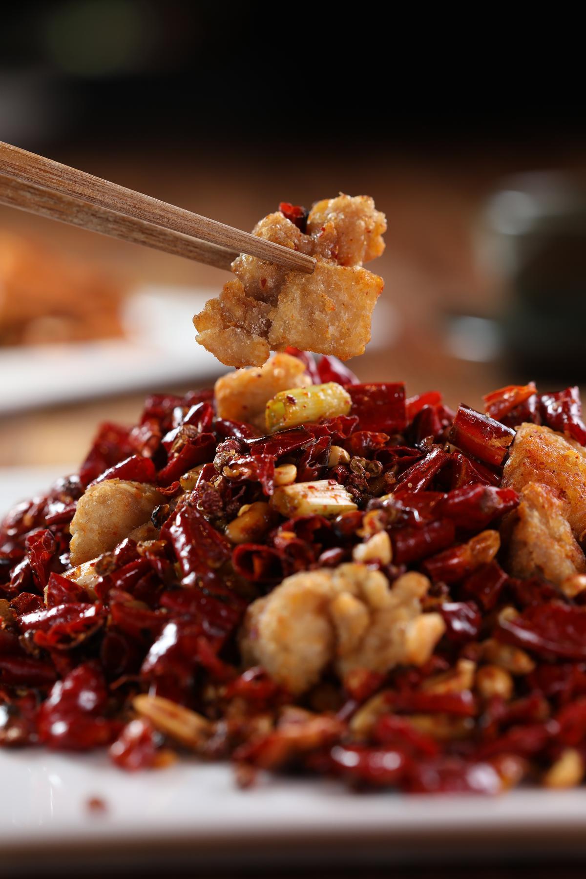 「歌樂山辣子雞」是典型川菜,鹹辣兼具,又經過油炸,若搭單寧太高的紅酒會帶出苦味,適合選擇果香較濃的酒款。(320元/份)
