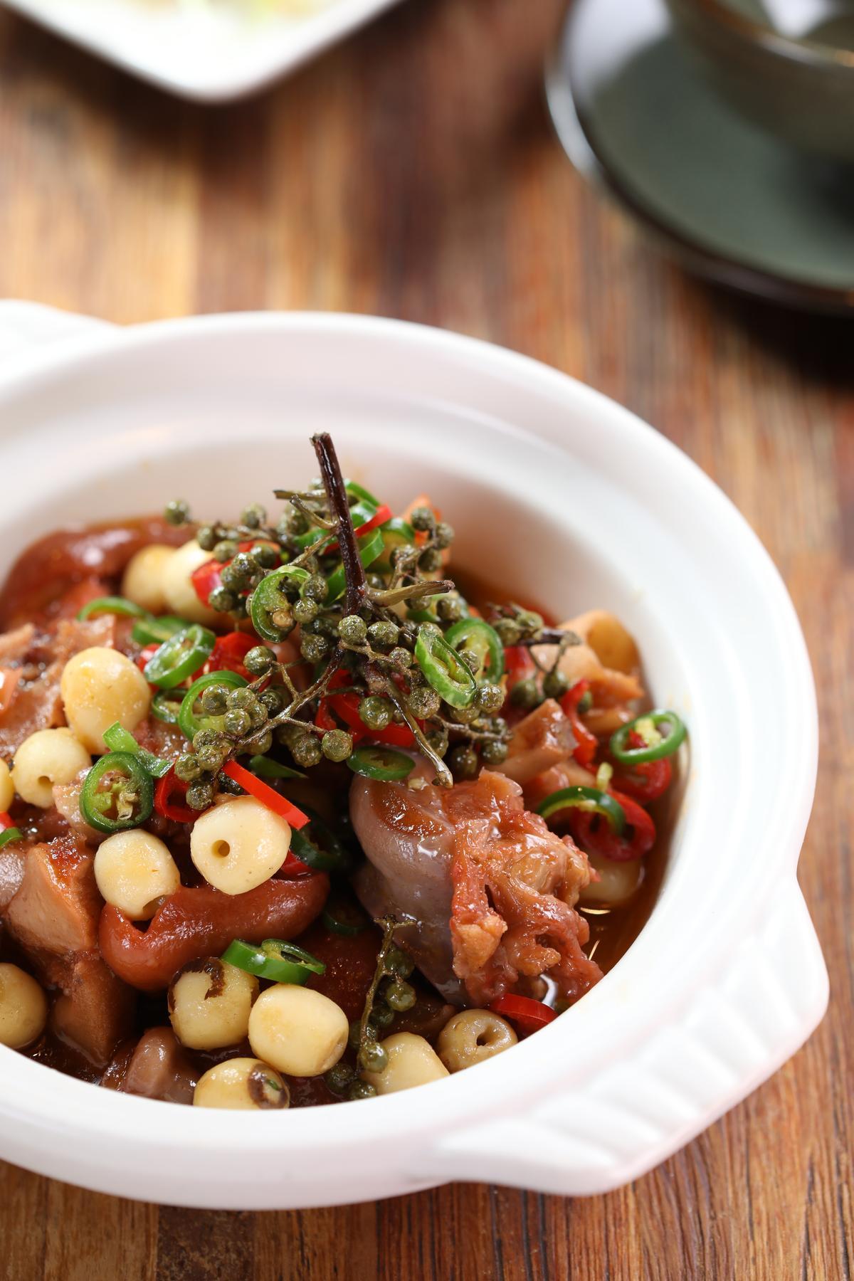 以醬油滷製的「蓮子蹄花煲」,上頭以青花椒點綴,味覺表現很多元,適合搭配香氣純粹的紅酒。(320元/份)