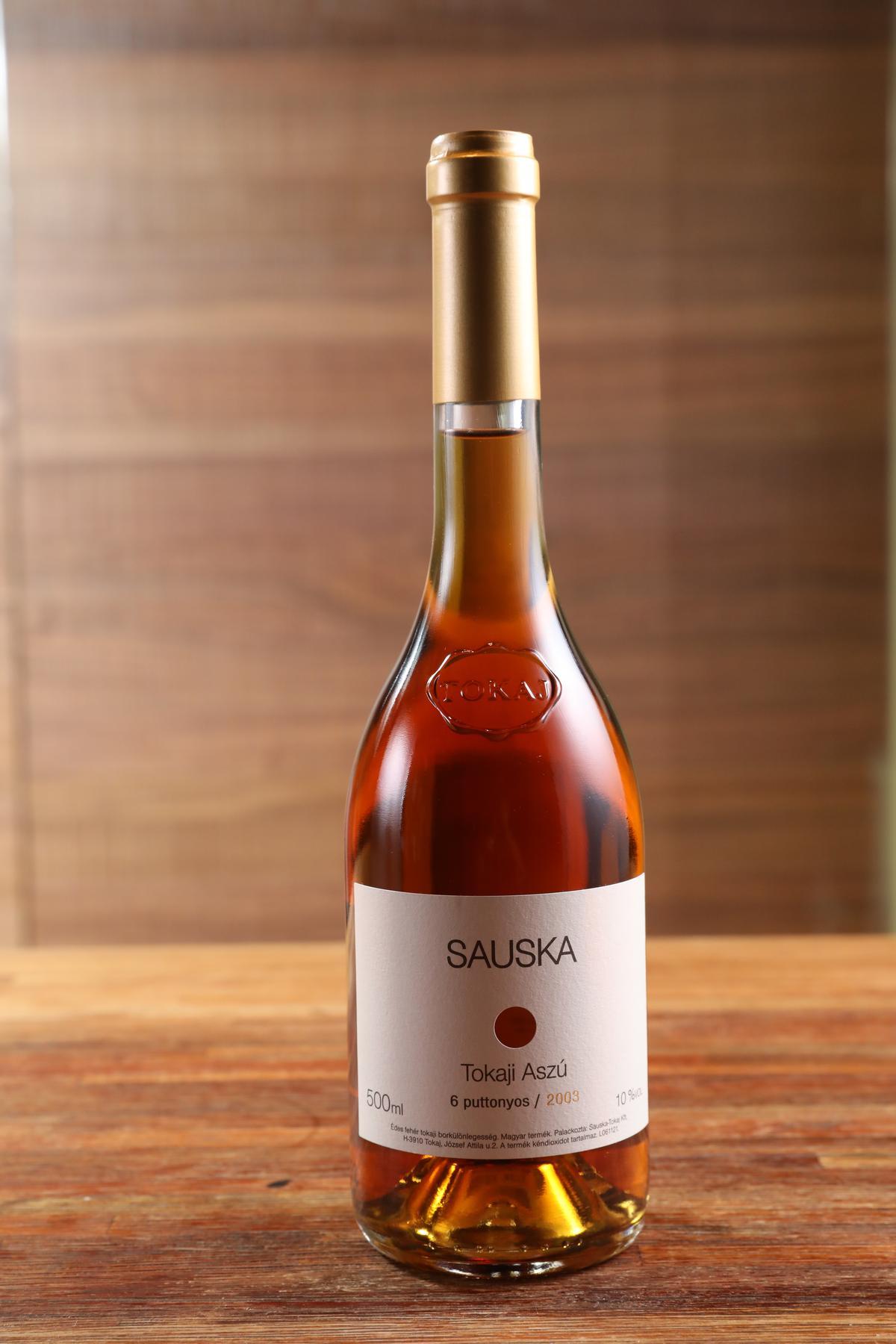 貴腐甜白酒「Sauska Tokaji Aszú 6p 2003」以90% Furmint葡萄與10%Hárslevelü釀製,充分展現無花果、蜂蜜、核果、焦糖、栗子與東方香料味,搭水煮牛也毫無壓力。(3,990元/瓶)