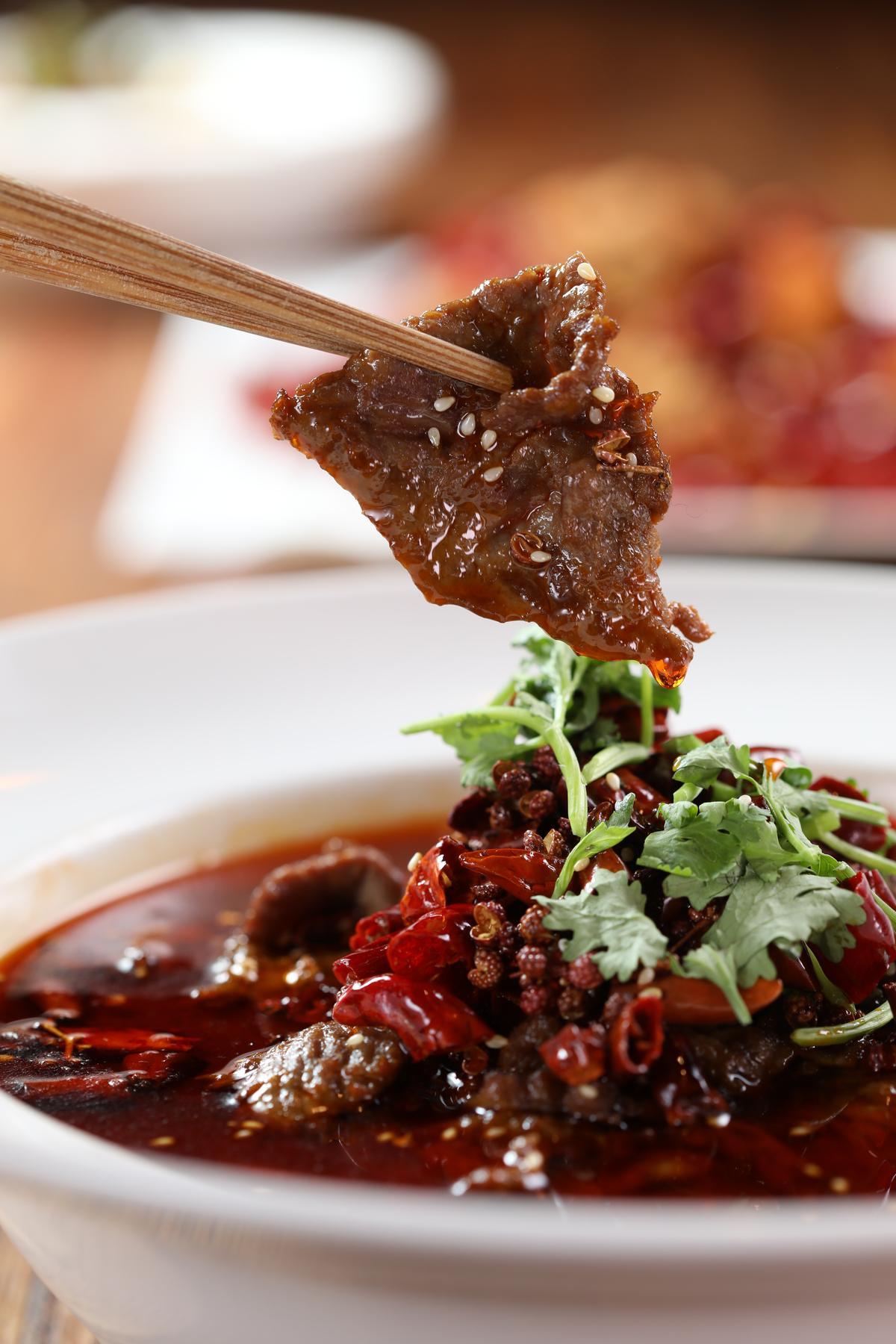 「麻辣水煮牛肉」味道重,很難搭酒,恐怕只有甜度高,又具備酸度的匈牙利貴腐甜白酒可以駕馭。(320元/份)