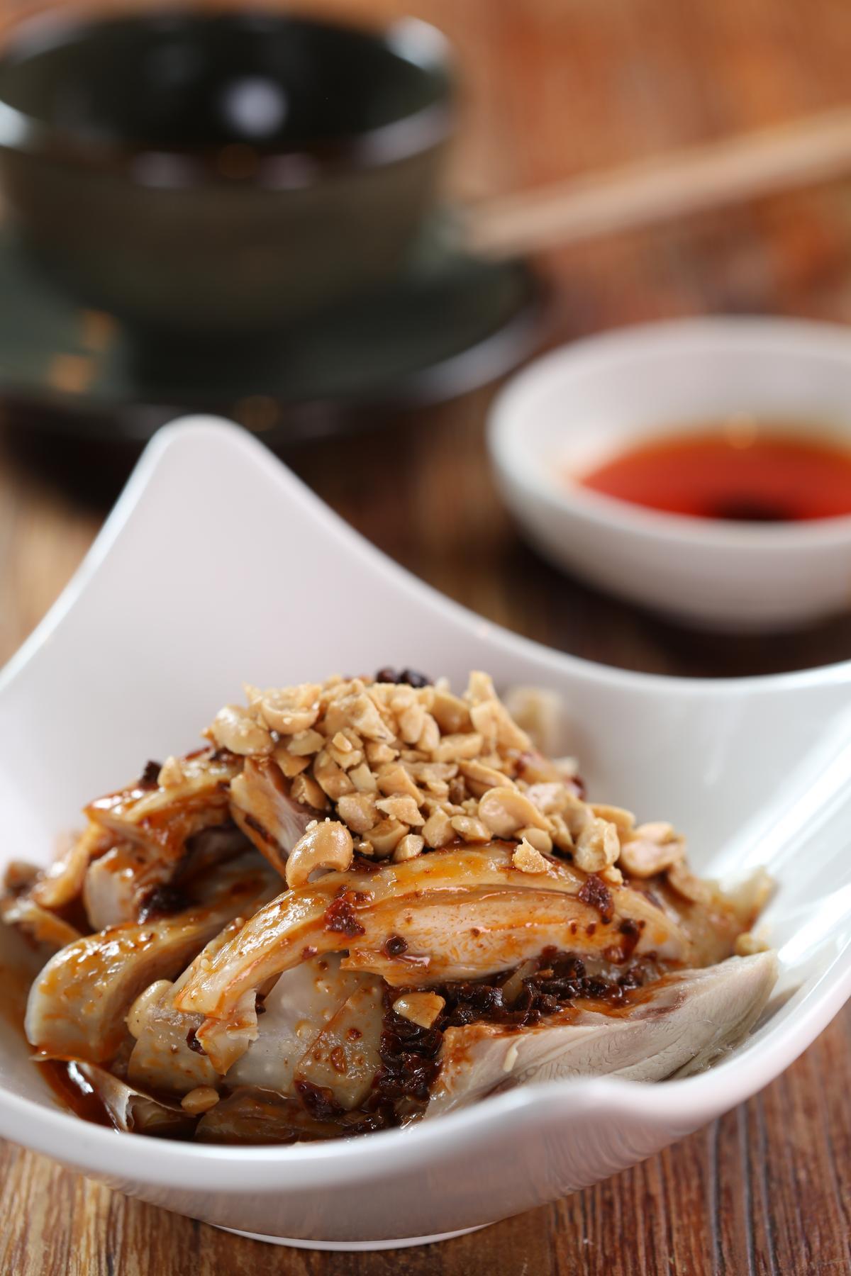 「口水雞」的特點在於以花生碎為主的醬料,與層次較多的白酒搭配,更能凸顯特色。(260元/份)