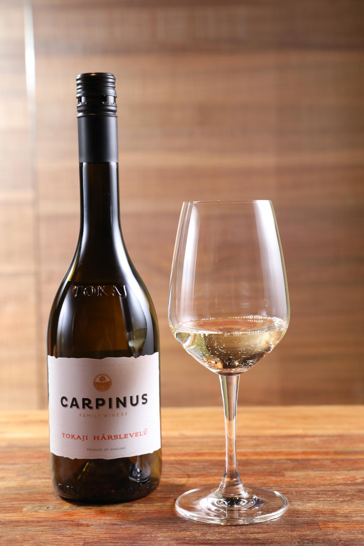 「Carpinus Tokaji Hárslevelü 2015」的蜜香與花香皆非常清爽,適合與充滿香料味的湖南蛋搭配。(850元/瓶)