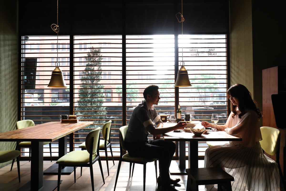 小川的窗邊座位鄰近安和路,晚上變身酒館也無違和感。