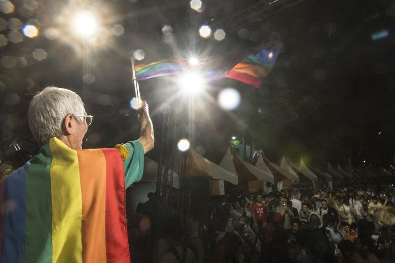 每年同志遊行或相關活動,祁家威皆走持彩虹旗、身穿彩虹衣與會。(楊子磊攝)