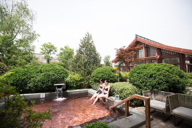 唐風建築的「悅椿溫泉」裡有25個戶外泡湯池,各具風情。