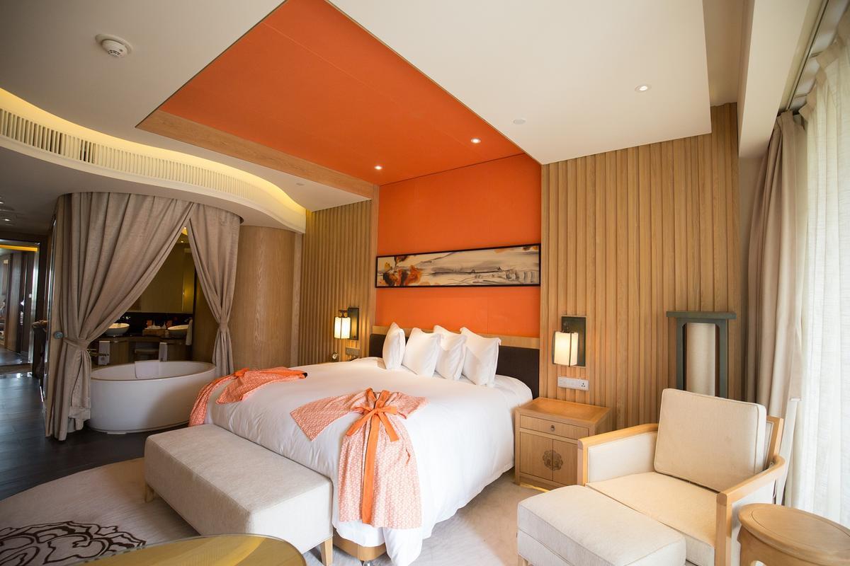 結合現代與中式古典的客房。