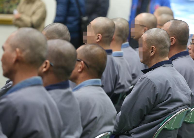 監獄裡,一個教誨師需要負責四百多人的教化工作,工作量難以負荷,因此引入宗教團體輔助。