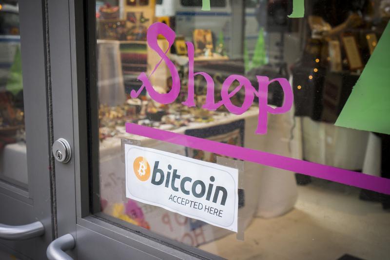 紐約下曼哈頓一家商店門口張貼「接受比特幣」標誌。(東方IC)