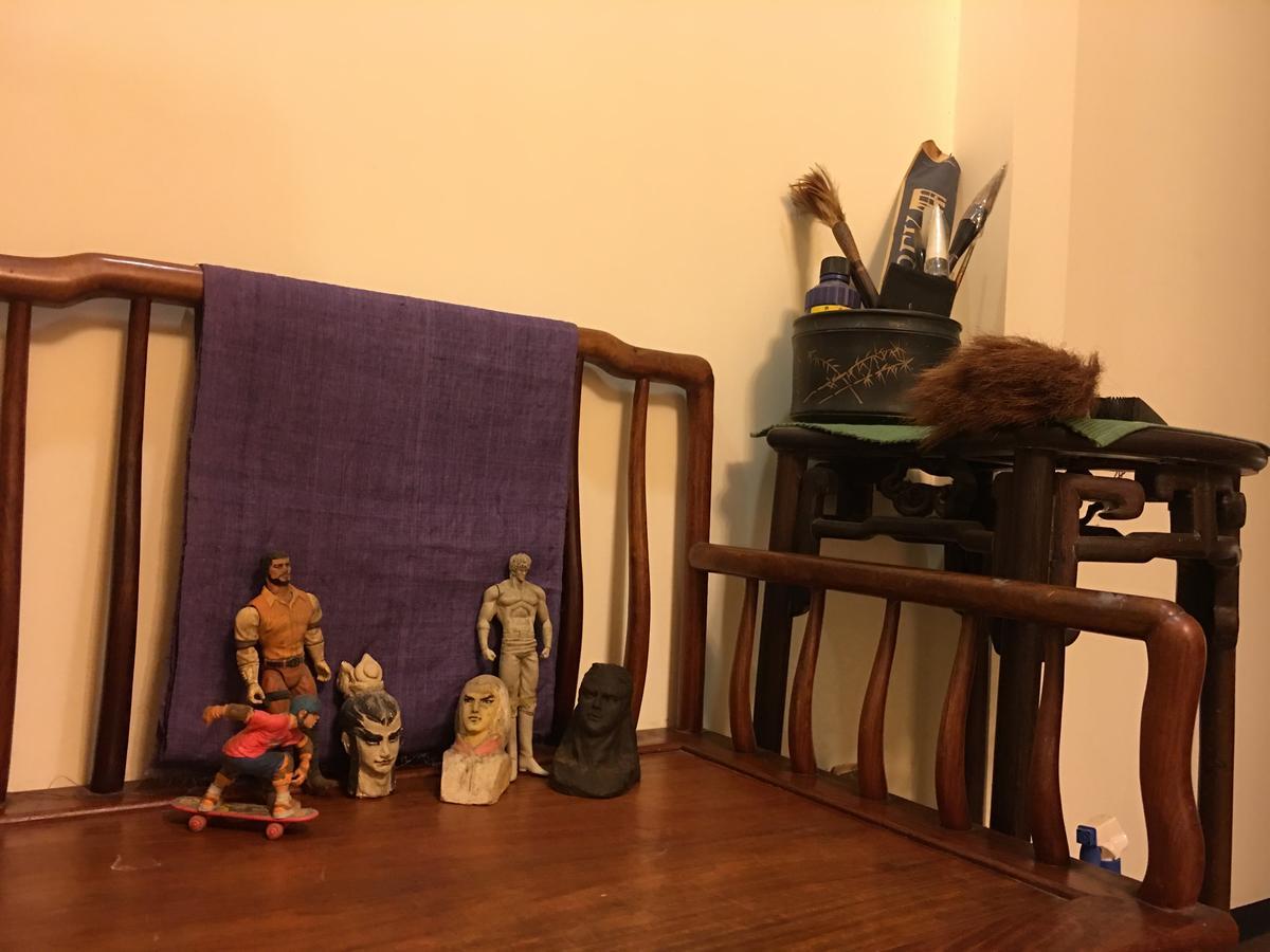 鄭問的工作室布置簡單,擺放著他收集的人偶。