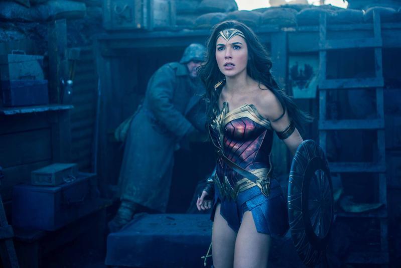 《神力女超人》有別於現在走寫實、黑暗、憤世嫉俗的超級英雄電影,透過她純真的理念發揚人性的光明,算是給這位廣受歡迎的女英雄一次完美的出場。